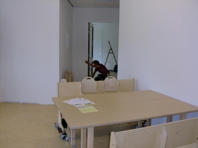 tafels en stoelen geplaatst