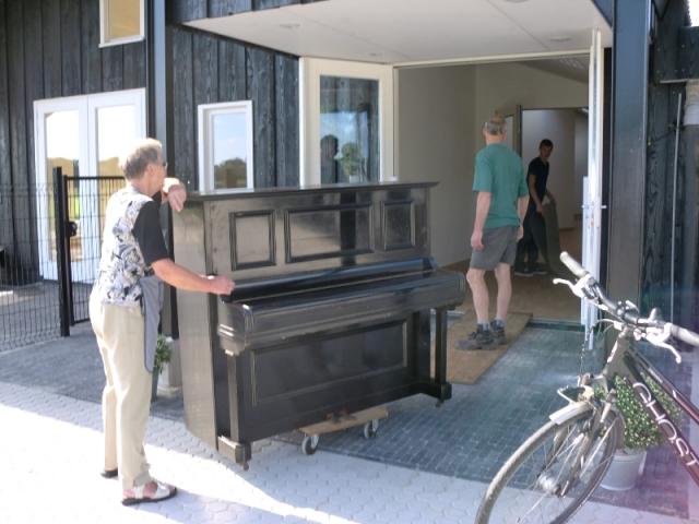 de piano gaat naar binnen