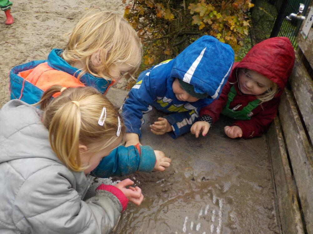 spelen in de modder